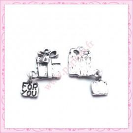 Lot de 15 breloques cadeau en métal argentées 1.6cm