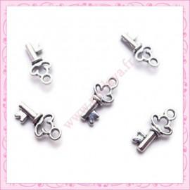 Lot de 15 breloques clef en métal argentées 1.8cm
