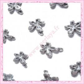 Lot de 15 breloques fleur en métal argentées 1.7cm