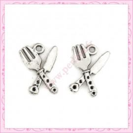 Lot de 15 breloques fourchette et couteau en métal argentées 2,1cm