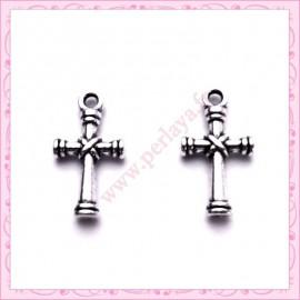 Lot de 15 breloques croix en métal argentées 2cm