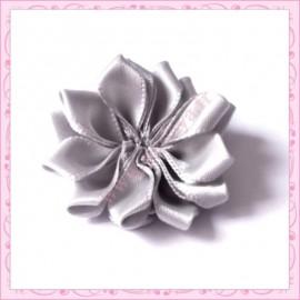 Jolie fleur en tissu satiné grise