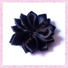 Jolie fleur en tissu satiné noire