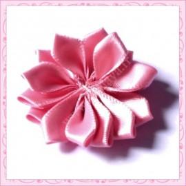 Jolie fleur en tissu satiné vieux rose