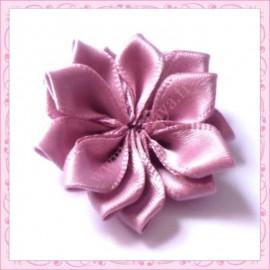 Jolie fleur en tissu satiné violet