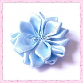 Jolie fleur en tissu satiné bleu ciel